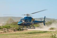 De Bemanning die van de Film van het BBC in Helikopter, Griekenland landt stock afbeeldingen