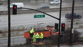 De bemanning die van de kant van de wegstad het werk op regenachtige dag doen stock footage