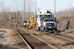 De Bemanning die van het spoorwegwerk Spoor herstellen stock foto