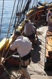 De bemanning plaatst de zeilen van de Dame Washington stock fotografie