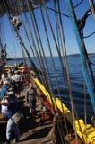 De bemanning plaatst de zeilen van de Dame Washington stock foto's