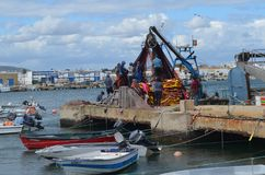 De bemanning van beursseiner verzamelt zijn netten in Olhao-visserijhaven, Algarve, Zuidelijk Portugal stock fotografie
