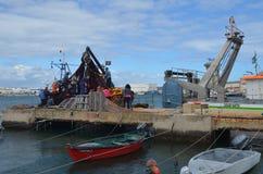 De bemanning van beursseiner verzamelt zijn netten in Olhao-visserijhaven, Algarve, Zuidelijk Portugal stock foto's