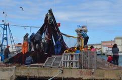De bemanning van beursseiner verzamelt zijn netten in Olhao-visserijhaven, Algarve, Zuidelijk Portugal royalty-vrije stock afbeeldingen