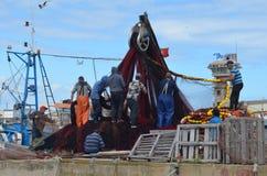 De bemanning van beursseiner verzamelt zijn netten in Olhao-visserijhaven, Algarve, Zuidelijk Portugal royalty-vrije stock foto's