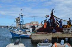 De bemanning van beursseiner verzamelt zijn netten in Olhao-visserijhaven, Algarve, Zuidelijk Portugal stock afbeelding