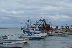 De bemanning van beursseiner verzamelt zijn netten in Olhao-visserijhaven, Algarve, Zuidelijk Portugal stock afbeeldingen
