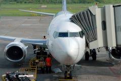 De bemanning van de grond bij vliegtuig Stock Foto's