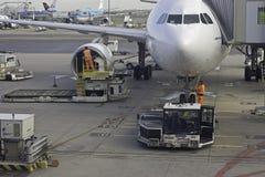 De bemanning van de grond bij vliegtuig Stock Fotografie