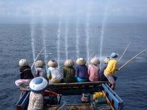 De bemanning van de visser fishin op oceaan stock foto's