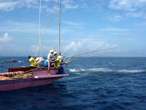 De bemanning van de visser fishin op oceaan stock afbeelding