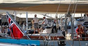 De bemanning van een luxe varend schip dat zich in hun schip in palmazeehaven tijdens de 50ste Boatshow-markt bevindt een zeehave royalty-vrije stock fotografie