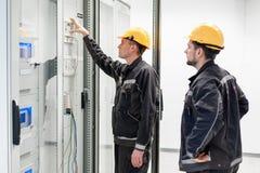 De bemanning van de gebiedsdienst het testende elektronika of inspecteren elektro Stock Foto's