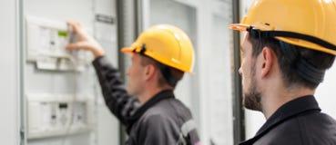 De bemanning van de gebiedsdienst het testende elektronika of inspecteren elektro Stock Afbeeldingen