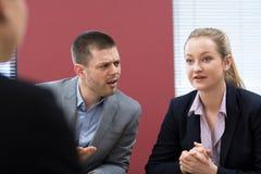 De Bemiddelingsvergadering van zakenmanand businesswoman in stock afbeeldingen