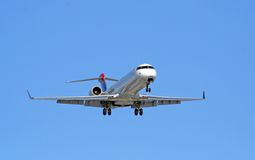 De Benadering van het lijnvliegtuig stock foto
