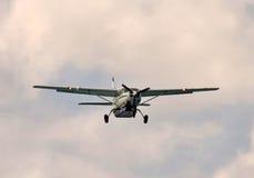 De benadering van het schroefturbinevliegtuig stock foto's