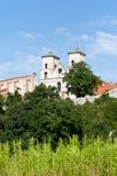 De Benedictineabdij in Tyniec in Polen op blauwe hemelachtergrond Stock Foto's