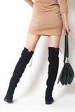 De benen die van de close-upvrouw laarzen dragen Stock Afbeeldingen