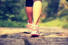 De benen die van de geschiktheidsvrouw op sleep wandelen stock afbeeldingen