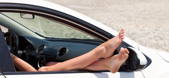 Afbeeldingsresultaat voor benen uit de auto raam