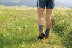de benen die van de vrouwenwandelaar op sleep wandelen Royalty-vrije Stock Fotografie