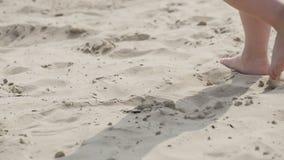 De benen die van kinderen op het zand lopen stock videobeelden