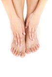 De benen en de handen van de mooie vrouw op voeten Stock Afbeelding