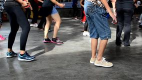 De benen en de voeten voeren Zumba-Dans uit stock video