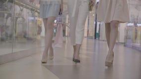 De benen langzame motie van maniervrouwen in winkelcentrum stock footage