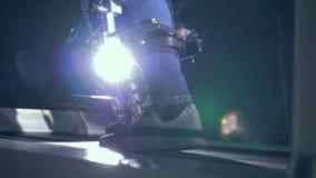 De benen in orthopedische schoenen lopen op een spoorsimulator stock footage