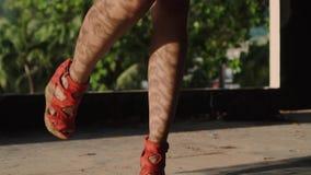 De benen van de close-upvrouw ` s het lopen stock footage