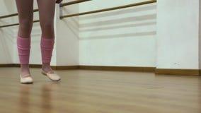 De benen van de atleet het lopen stock footage