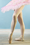 De benen van de balletdanser in pantoffels Stock Fotografie