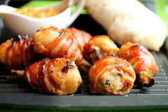 De benen van de kip in bacon. Royalty-vrije Stock Afbeelding