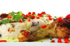 De benen van de kip die met groenten worden gediend Royalty-vrije Stock Afbeelding