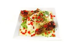 De benen van de kip die met groenten worden gediend Stock Foto