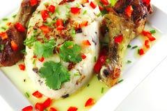 De benen van de kip die met groenten worden gediend Stock Afbeelding