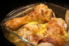 De benen van de kip die met mayonaise worden gebakken Stock Foto's
