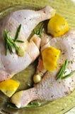 De benen van de kip met citroen en rozemarijn klaar te koken Stock Foto