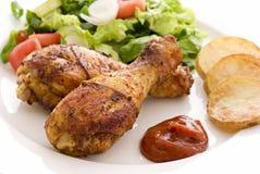 De Benen van de kip met Salade Royalty-vrije Stock Foto's