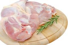 De benen van de kip op een houten scherpe raad Stock Foto