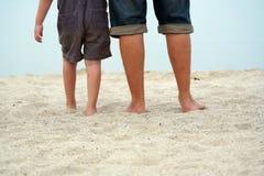 De benen van de vader en van de zoon Royalty-vrije Stock Foto's