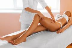 De benen van de vrouw De voet van de vrouw in het water Meisje die de behandeling van de beenmassage in kuuroord krijgen Royalty-vrije Stock Afbeeldingen