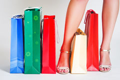 De benen van de vrouw en het winkelen zakken Royalty-vrije Stock Foto's