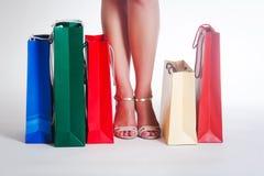 De benen van de vrouw en het winkelen zakken Stock Afbeelding