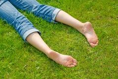 De benen van de vrouw in gras Stock Fotografie