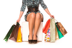 De benen van de vrouw in highheels met vele het winkelen zakken. Het winkelen concept. Royalty-vrije Stock Foto