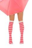 De benen van de vrouw in kleuren rode sokken met paraplu isolat Stock Foto