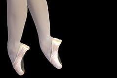 De benen van het ballet die op zwarte worden geïsoleerds Stock Fotografie